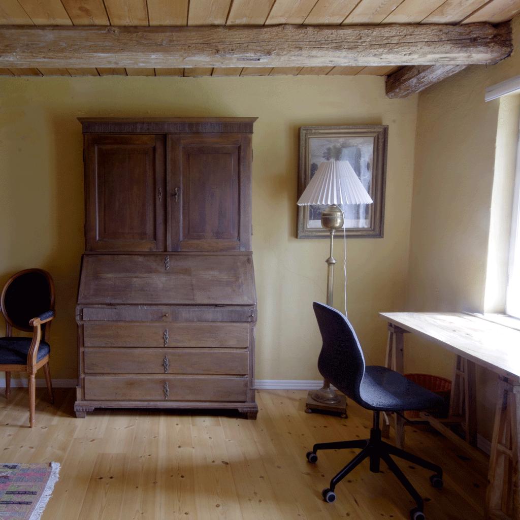 Vindbyholtgårds refugium har tre værelser opkaldt efter tre forfattere - her ses Leif Hasles værelse.