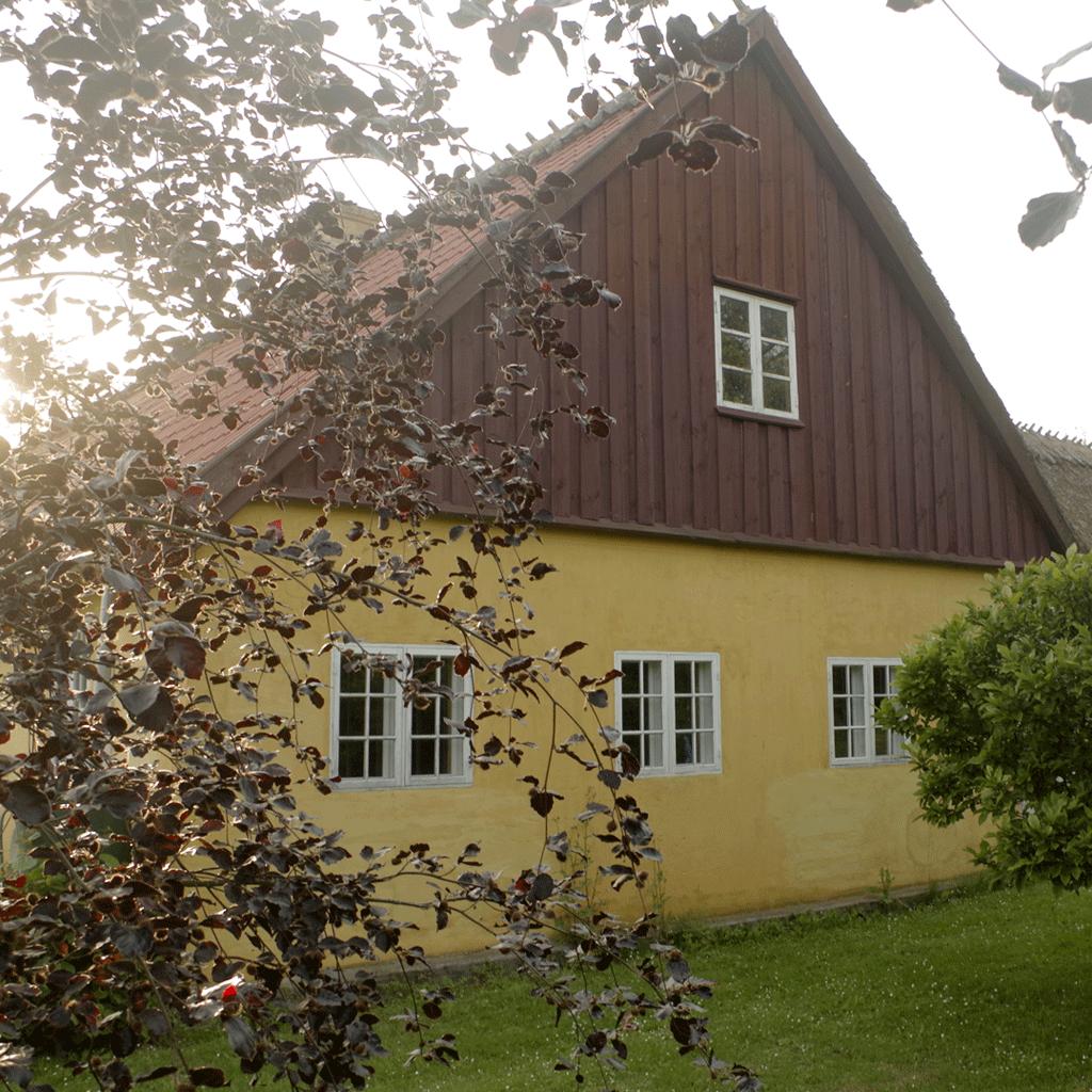 Vindbyholtgård rummer et refugium med tre værelser, der lejes ud.